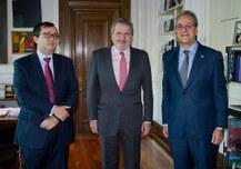 preview el ministro Íñigo Méndez de Vigo, junto al secretario general de Universidades, Jorge Sáinz (izquierda), y el presidente de la Confederación de Rectores de las Universidades Españolas (CRUE), Segundo Píriz.